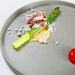 グリーンアスパラガスのロースト 焦がしバターの粉 ネロ・パルマ 卵黄(蘭王)