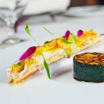 ズワイガニとトロトロ白菜の蒸し物 カニみそ マイクロセルフィーユ カニ出汁+サフラン餡 菊花(紫) ズッキーニのステーキ