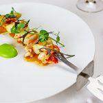 オマール海老とホワイトアスパラガスの串焼き うすいえんどうピュレ 海老ドレッシング からし菜